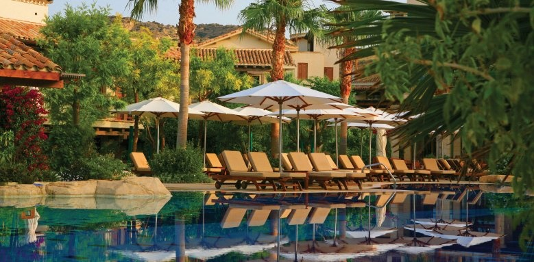 Columbia Beach Resort, poolside loungers
